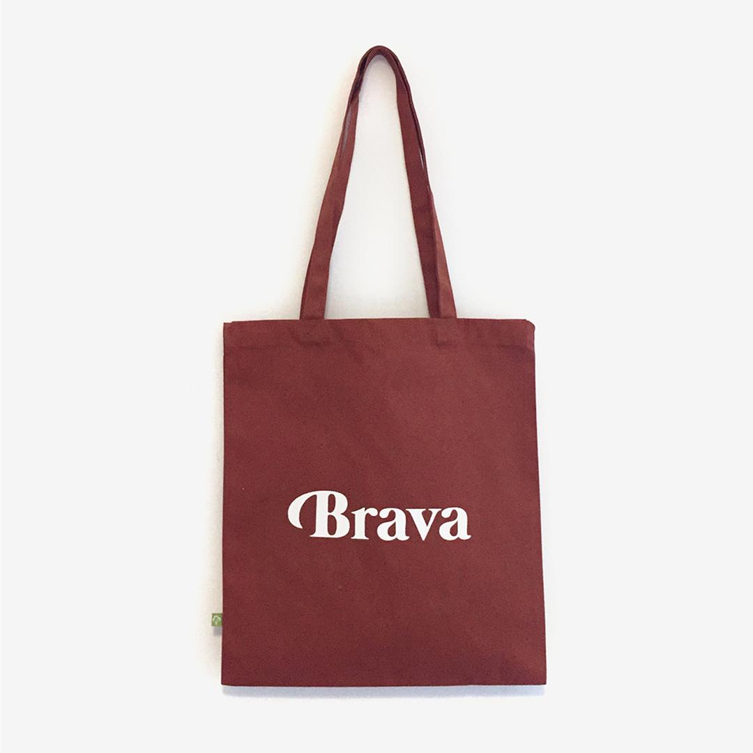 "Saca ""Brava"" tostada letra branca algodón orgánico serigrafía."