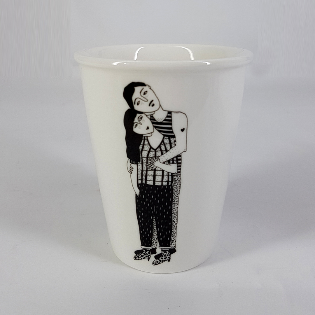 Taza cerámica ilustrada parella abrazo