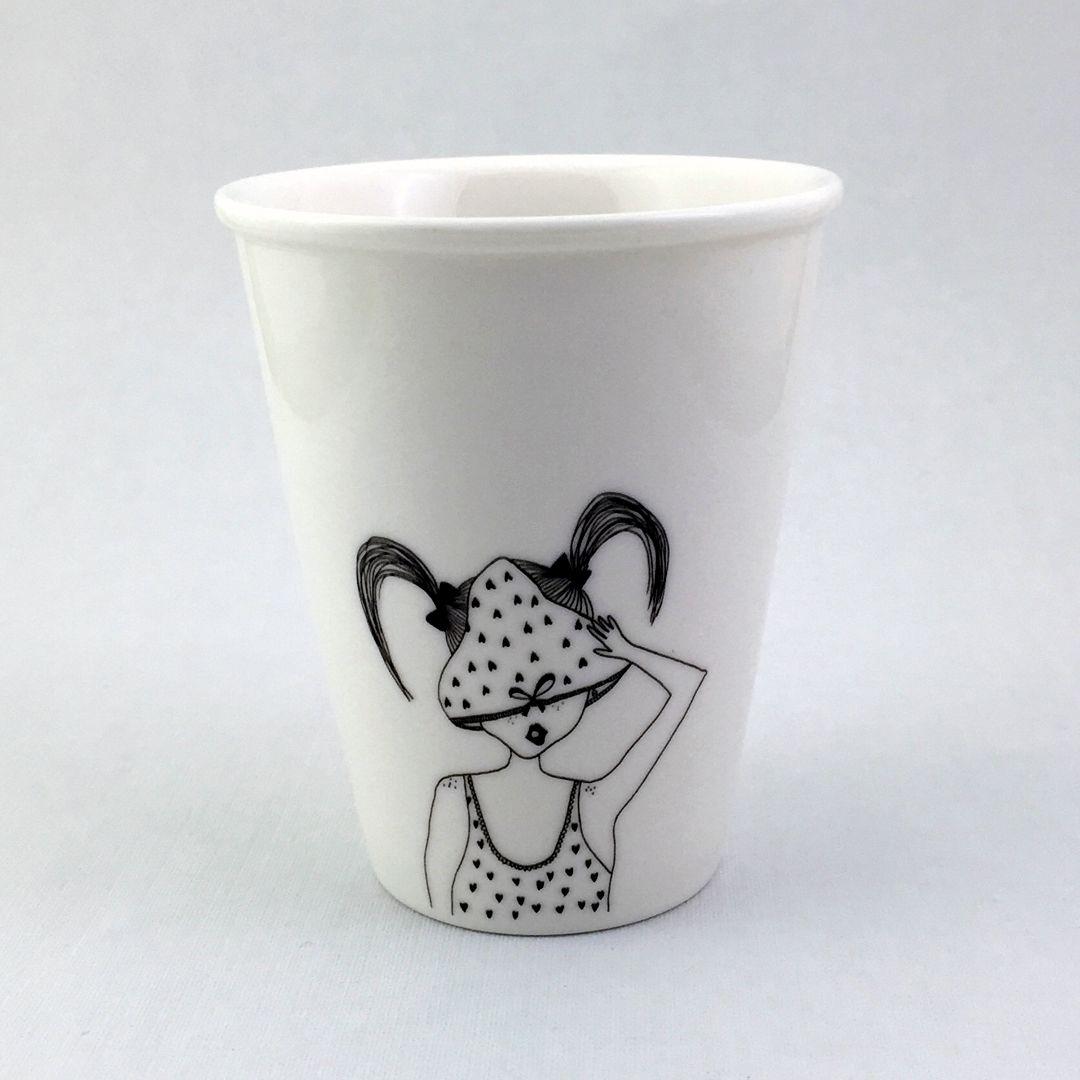 Taza cerámica ilustrada rapaza bragas coleta