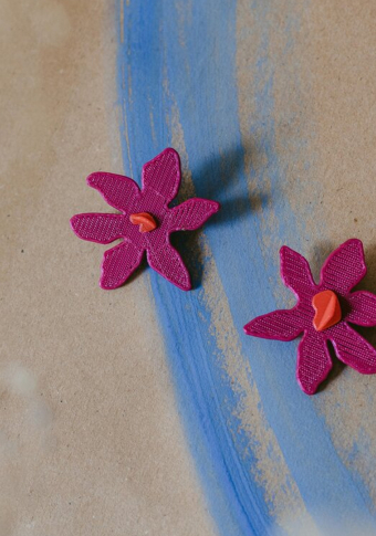 Pendente biodegradable flor rosa.