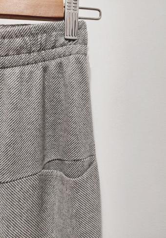 Pantalón tobillero de raias, petos tipo tapeta e goma cintura