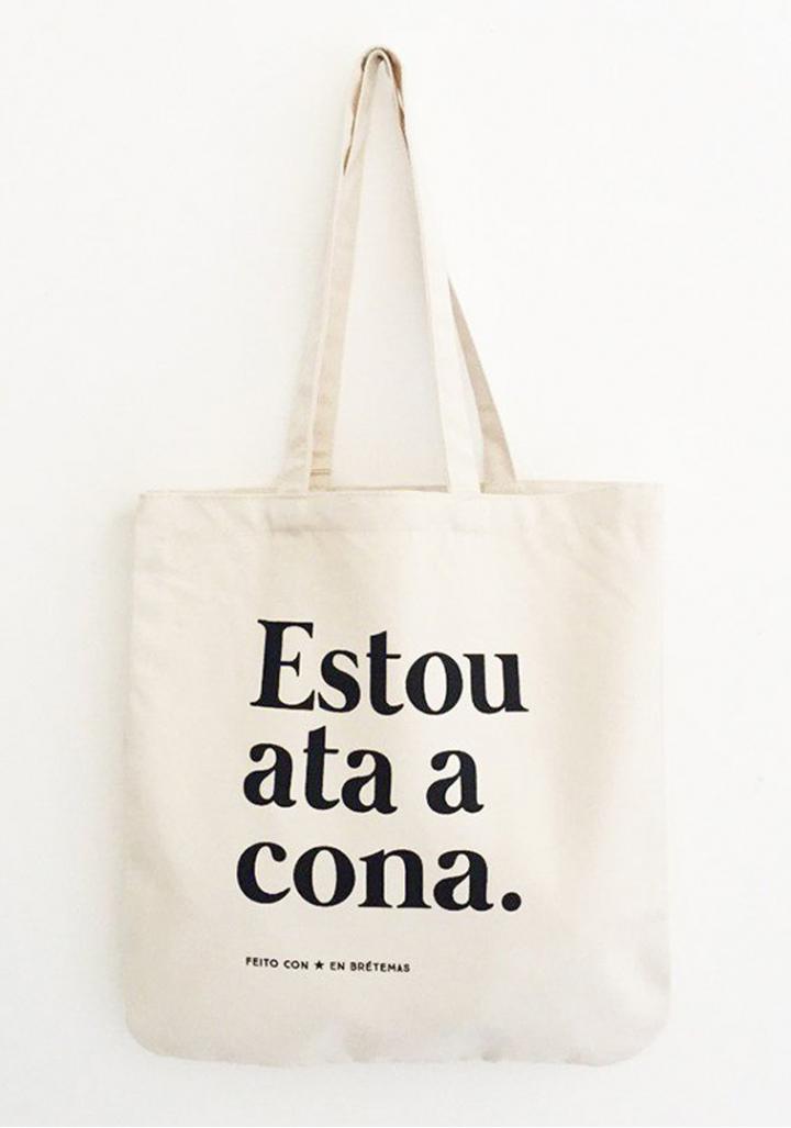"""Saca """"Estou ata a cona""""branca letra negra algodón orgánico serigrafía."""