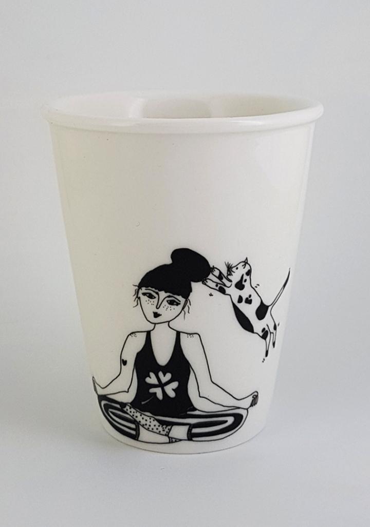 Taza cerámica ilustrada rapaza zen gato