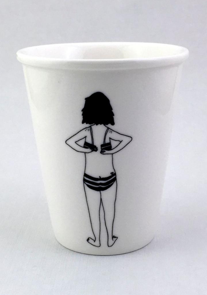 Taza cerámica rapaza  ilustrada roupa interior