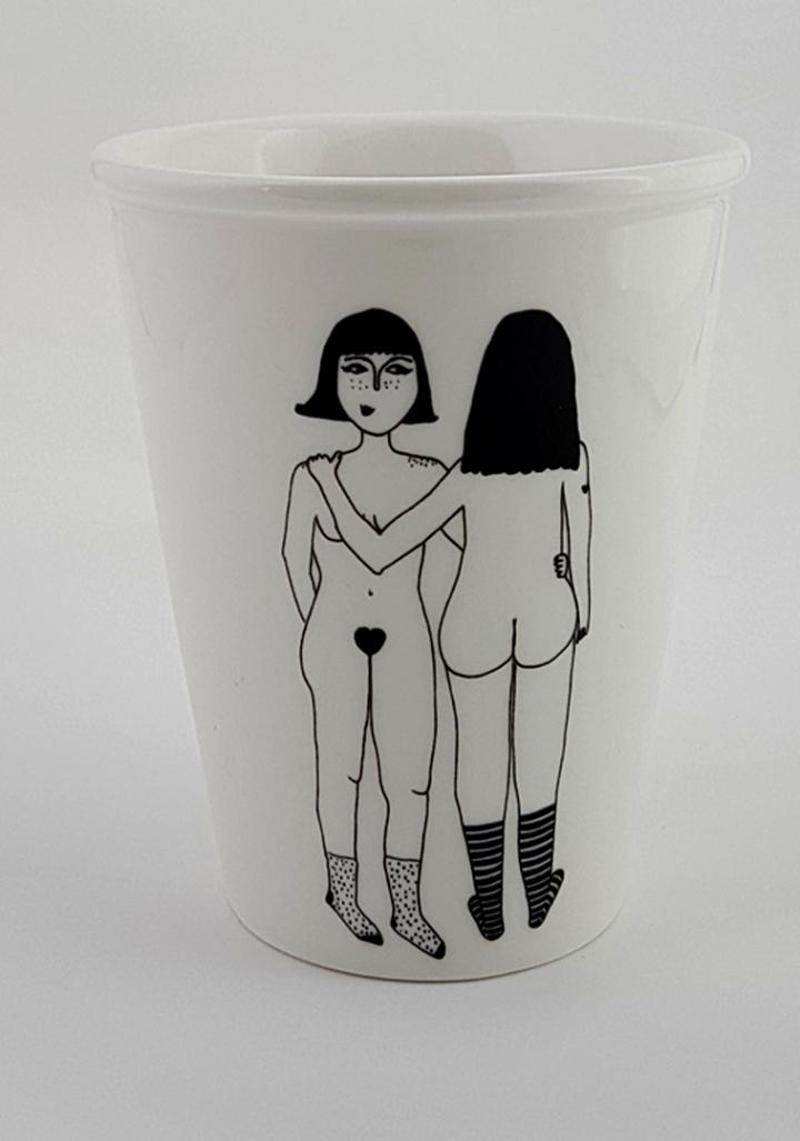 Taza cerámica ilustrada parella rapazas espidas