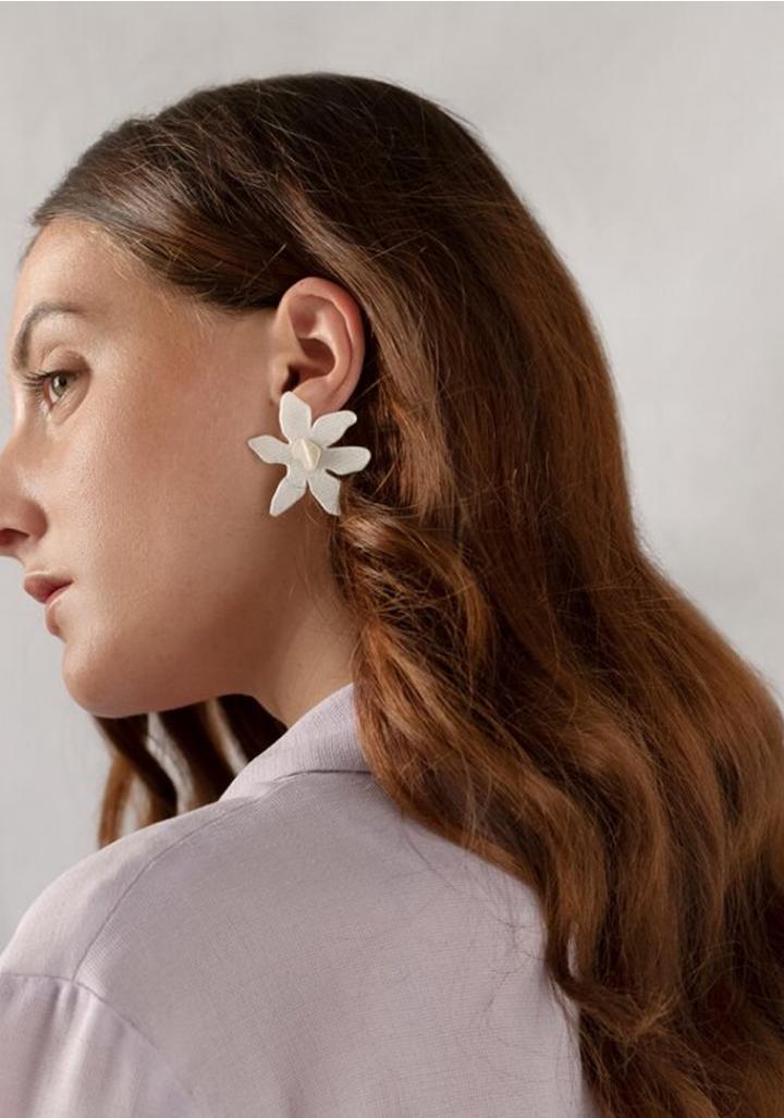 Pendente biodegradable flor branca.