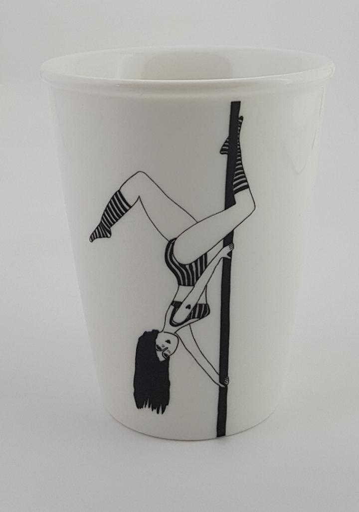 Taza cerámica ilustrada rapaza barra baile